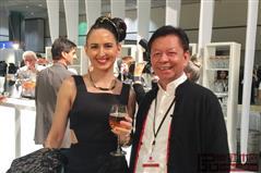 美国艺术圈的名流及好莱坞明星与中国传统工艺大师、东莞国寿红木董事长陈国寿(左)合影留念